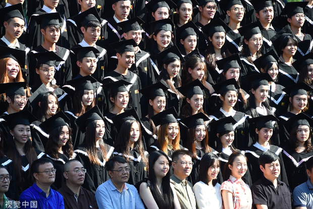 Phát sốt lễ tốt nghiệp lò đào tạo minh tinh nổi tiếng Trung Quốc: Hoa mắt toàn soái ca, mỹ nhân Cbiz được xin info - Ảnh 5.