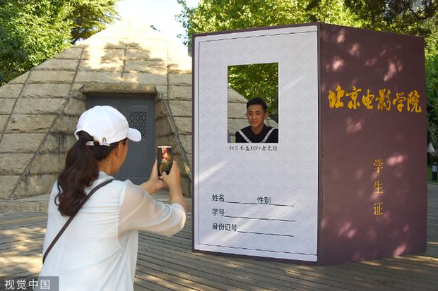 Phát sốt lễ tốt nghiệp lò đào tạo minh tinh nổi tiếng Trung Quốc: Hoa mắt toàn soái ca, mỹ nhân Cbiz được xin info - Ảnh 6.