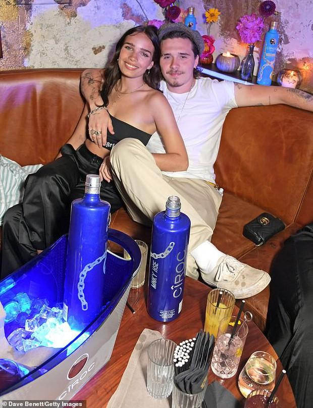 Brooklyn Beckham và bạn gái lần đầu lộ diện sau tin đồn có thai và vòng eo của Hana Cross đã nói lên tất cả - Ảnh 1.