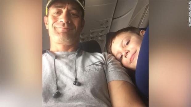 Lo con trai tự kỷ đi máy bay 1 mình, mẹ đưa tờ giấy nhắn với 10 đô la rồi nhận về kết quả không thể ngọt ngào hơn - Ảnh 3.