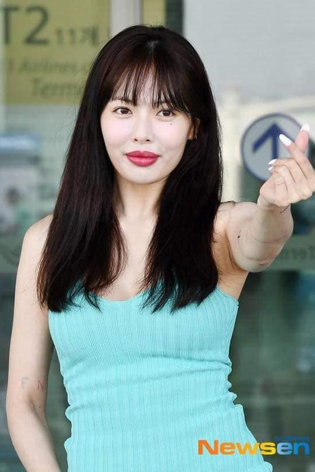 Hyuna ra sân bay tươi không cần tưới nhưng đôi môi sưng phồng bị nghi tiêm filler mới là thứ chiếm mọi spotlight - Ảnh 1.
