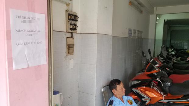 Shop đồ lưu niệm ở Sài Gòn thu phí gửi xe 200k vì khách không mua hàng: Nhân viên chứng kiến sự việc nói gì? - Ảnh 6.