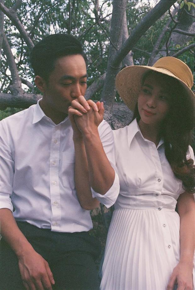 Clip: Đàm Thu Trang bật khóc khi được Cường Đô La bất ngờ cầu hôn và tặng hoa trên biển - Ảnh 5.