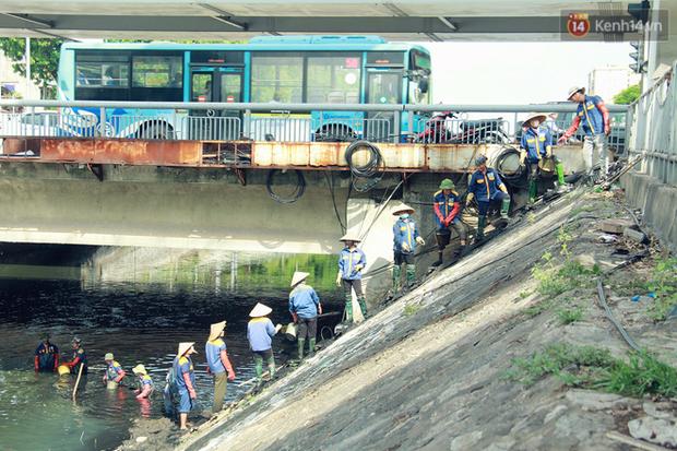Chùm ảnh: Công nhân Hà Nội phơi mình dưới trời nắng nạo vét sông Tô Lịch - Ảnh 2.