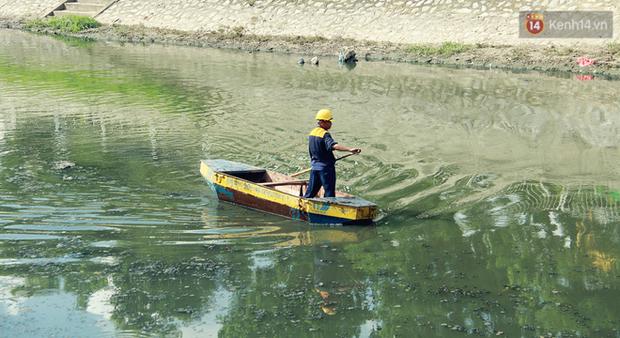 Chùm ảnh: Công nhân Hà Nội phơi mình dưới trời nắng nạo vét sông Tô Lịch - Ảnh 14.