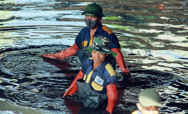 Chùm ảnh: Công nhân Hà Nội phơi mình dưới trời nắng nạo vét sông Tô Lịch - Ảnh 9.