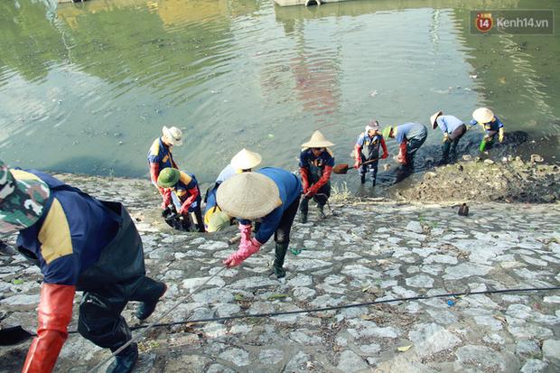 Chùm ảnh: Công nhân Hà Nội phơi mình dưới trời nắng nạo vét sông Tô Lịch - Ảnh 15.