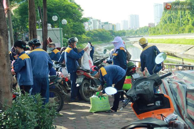 Chùm ảnh: Công nhân Hà Nội phơi mình dưới trời nắng nạo vét sông Tô Lịch - Ảnh 16.