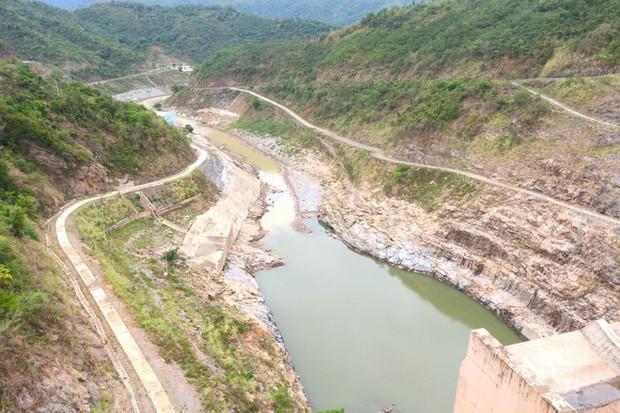 Lòng hồ lớn nhất Bắc Trung Bộ cạn trơ đáy, dân phải lội bùn cả cây số để đi - Ảnh 3.