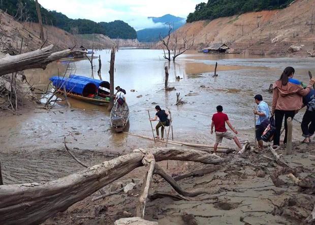 Lòng hồ lớn nhất Bắc Trung Bộ cạn trơ đáy, dân phải lội bùn cả cây số để đi - Ảnh 12.