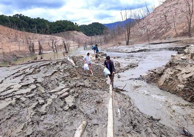 Lòng hồ lớn nhất Bắc Trung Bộ cạn trơ đáy, dân phải lội bùn cả cây số để đi - Ảnh 14.