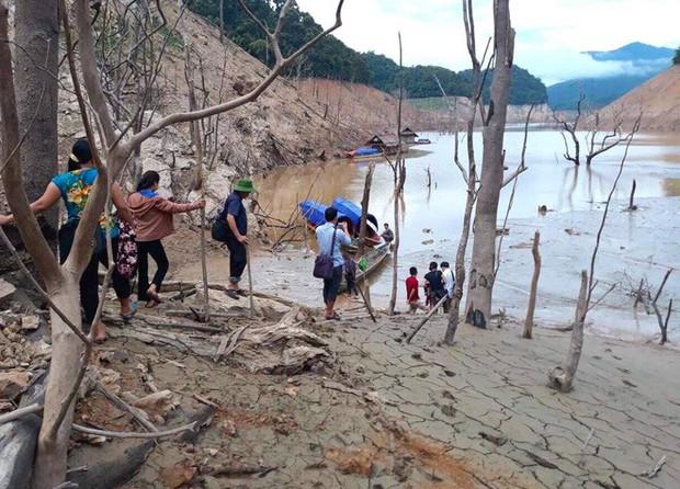 Lòng hồ lớn nhất Bắc Trung Bộ cạn trơ đáy, dân phải lội bùn cả cây số để đi - Ảnh 4.