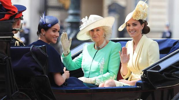 Tái xuất sau sinh, công nương Meghan Markle cố ghi thiện cảm với công chúng nhờ quy tắc thời trang của chị dâu Kate - Ảnh 7.
