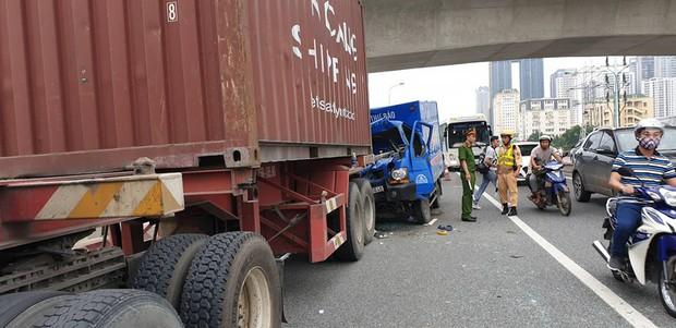Hà Nội: Xe thư báo đâm vào đuôi xe container, một người tử vong - Ảnh 1.