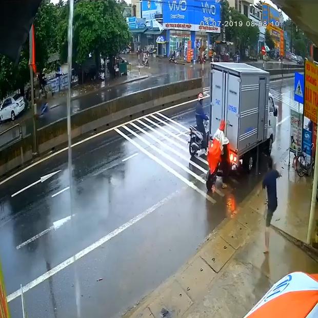 Clip: Nữ tài xế bị xe tải lùi trúng nhưng vẫn hiên ngang đứng thi gan, người dân tới lôi ra mới chịu - Ảnh 2.