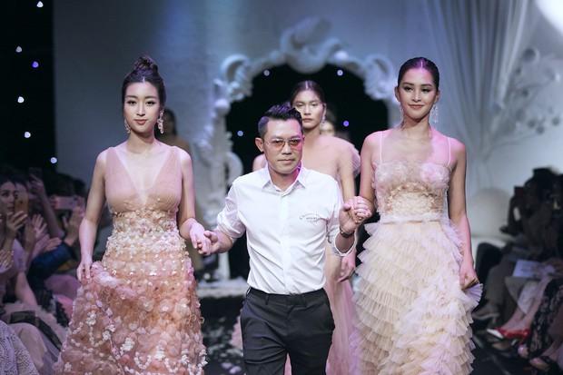 Vừa lộ ảnh thân mật với bạn trai, Hoa hậu Mỹ Linh vẫn bình thản làm vedette show thời trang - Ảnh 5.