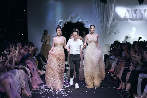Vừa lộ ảnh thân mật với bạn trai, Hoa hậu Mỹ Linh vẫn bình thản làm vedette show thời trang - Ảnh 4.