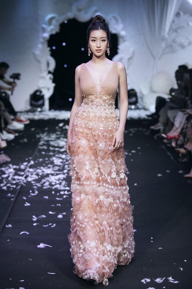 Vừa lộ ảnh thân mật với bạn trai, Hoa hậu Mỹ Linh vẫn bình thản làm vedette show thời trang - Ảnh 2.