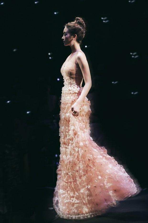 Vừa lộ ảnh thân mật với bạn trai, Hoa hậu Mỹ Linh vẫn bình thản làm vedette show thời trang - Ảnh 3.