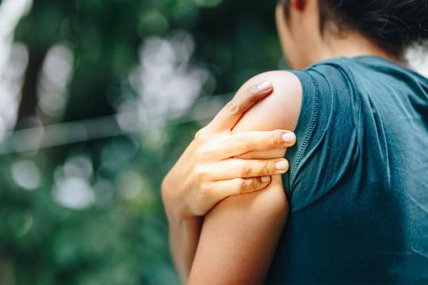 Cơ thể đang thiếu hụt một vài chất quan trọng nếu bạn gặp phải hàng loạt dấu hiệu bất thường sau - Ảnh 1.