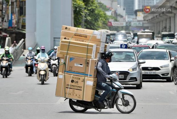 Hà Nội: Dòng phương tiện nhích từng chút một giữa trưa nắng nóng tại giao lộ 4 tầng Nguyễn Trãi - Ảnh 10.