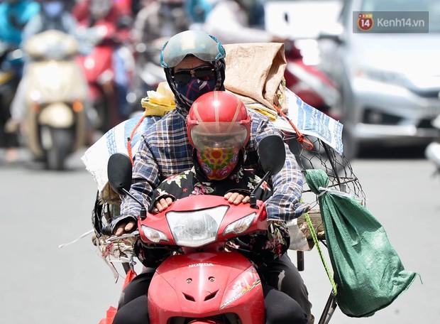 Hà Nội: Dòng phương tiện nhích từng chút một giữa trưa nắng nóng tại giao lộ 4 tầng Nguyễn Trãi - Ảnh 9.