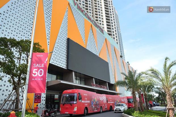 Chùm ảnh: Hàng trăm thương hiệu giảm giá mạnh, người dân Sài Gòn và Hà Nội xếp hàng chờ vào mua sắm ở Vincom - Ảnh 8.