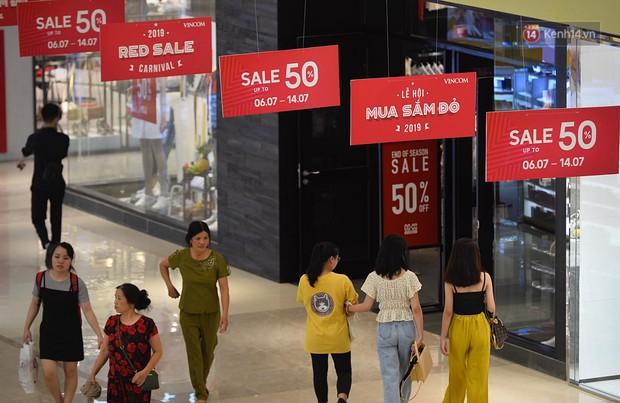 Chùm ảnh: Hàng trăm thương hiệu giảm giá mạnh, người dân Sài Gòn và Hà Nội xếp hàng chờ vào mua sắm ở Vincom - Ảnh 10.
