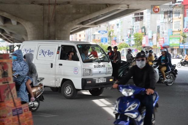 Hà Nội: Dòng phương tiện nhích từng chút một giữa trưa nắng nóng tại giao lộ 4 tầng Nguyễn Trãi - Ảnh 8.