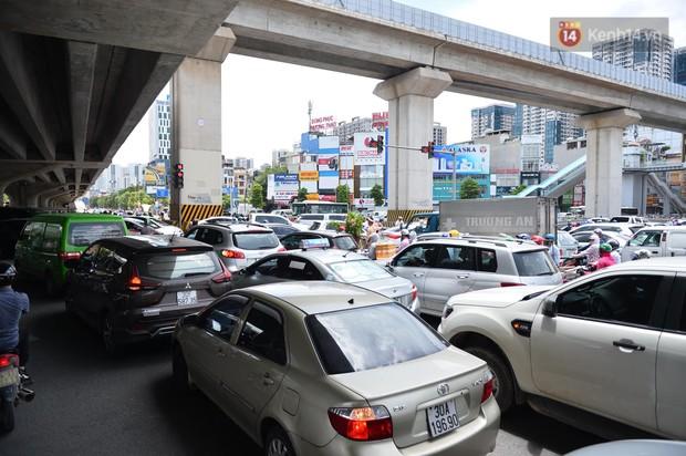 Hà Nội: Dòng phương tiện nhích từng chút một giữa trưa nắng nóng tại giao lộ 4 tầng Nguyễn Trãi - Ảnh 4.