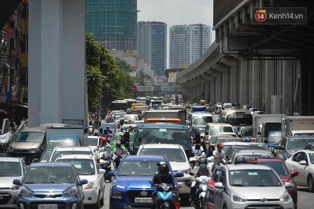 Hà Nội: Dòng phương tiện nhích từng chút một giữa trưa nắng nóng tại giao lộ 4 tầng Nguyễn Trãi - Ảnh 1.