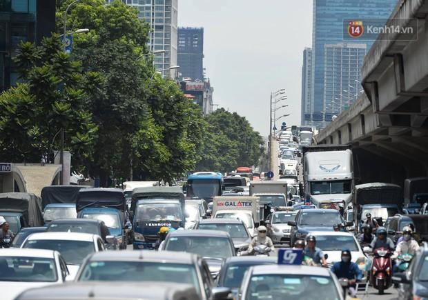 Hà Nội: Dòng phương tiện nhích từng chút một giữa trưa nắng nóng tại giao lộ 4 tầng Nguyễn Trãi - Ảnh 2.
