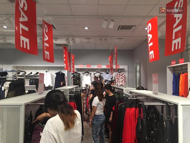 Chùm ảnh: Hàng trăm thương hiệu giảm giá mạnh, người dân Sài Gòn và Hà Nội xếp hàng chờ vào mua sắm ở Vincom - Ảnh 13.