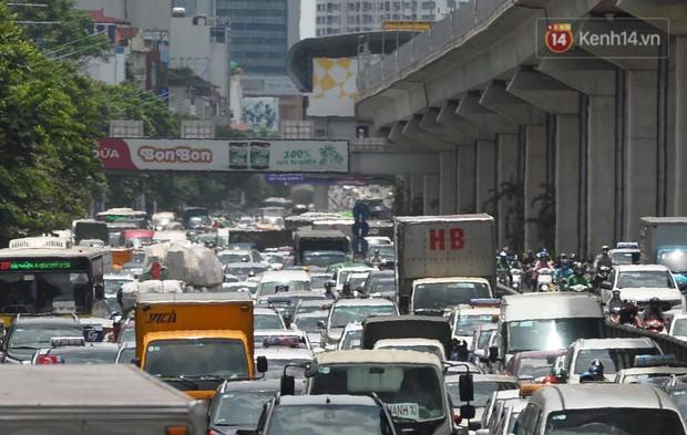 Hà Nội: Dòng phương tiện nhích từng chút một giữa trưa nắng nóng tại giao lộ 4 tầng Nguyễn Trãi - Ảnh 13.