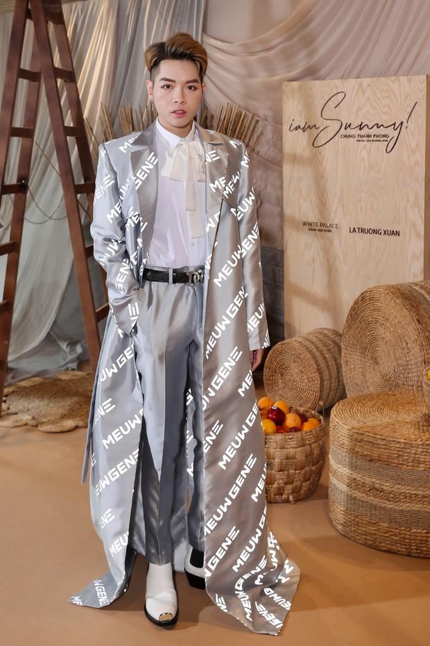 Viện đến đôi giày gót cao gần cả tấc, ấy thế mà Đức Phúc vẫn không cân nổi chiếc áo khoác siêu dài - Ảnh 1.