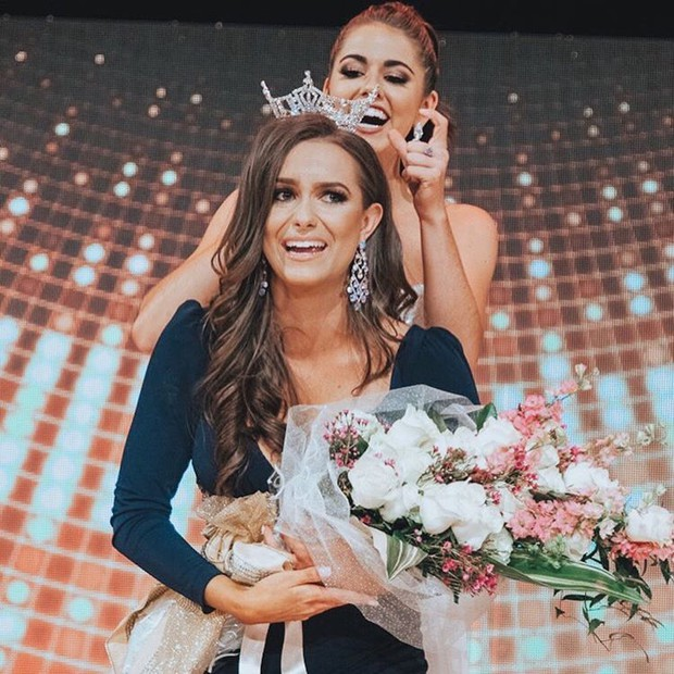 Lần đầu tiên trong một cuộc thi sắc đẹp, thí sinh trình diễn tài năng là thí nghiệm Hoá học và ẵm luôn vương miện Hoa hậu - Ảnh 1.