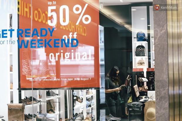 Chùm ảnh: Hàng trăm thương hiệu giảm giá mạnh, người dân Sài Gòn và Hà Nội xếp hàng chờ vào mua sắm ở Vincom - Ảnh 14.