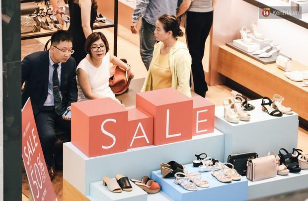 Chùm ảnh: Hàng trăm thương hiệu giảm giá mạnh, người dân Sài Gòn và Hà Nội xếp hàng chờ vào mua sắm ở Vincom - Ảnh 16.