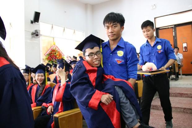 Con đường đến trường của chàng thủ khoa nặng 26kg: Chúng ta có quyền lựa chọn cách đối phó với biến cố đời mình - Ảnh 5.