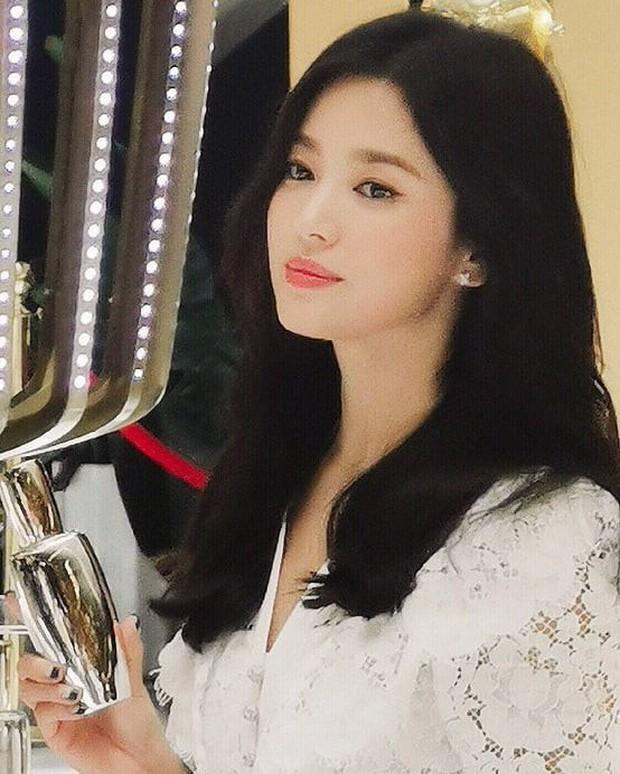 Loạt ảnh chụp vội của Song Hye Kyo gây sốt giữa bão ly hôn: Đúng là nhan sắc, thần thái bất chấp tất cả! - Ảnh 8.