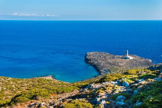 Đến hòn đảo đẹp như thiên đường này sinh sống, bạn được cấp hẳn 1 miếng đất lại còn được tặng tiền và thực phẩm sinh hoạt hàng tháng - Ảnh 1.
