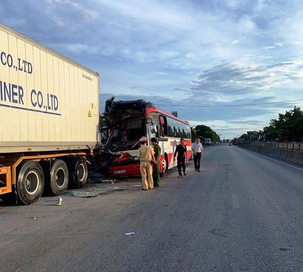Xe khách chở đoàn du lịch tông đuôi xe container, 15 người thương vong - Ảnh 1.