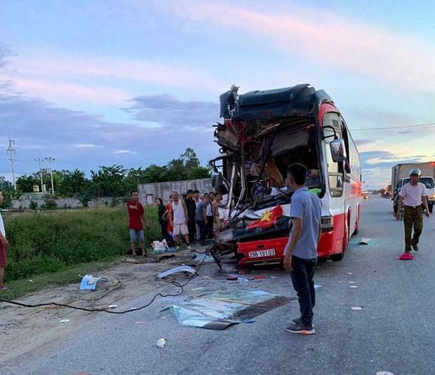 Xe khách chở đoàn du lịch tông đuôi xe container, 15 người thương vong - Ảnh 2.