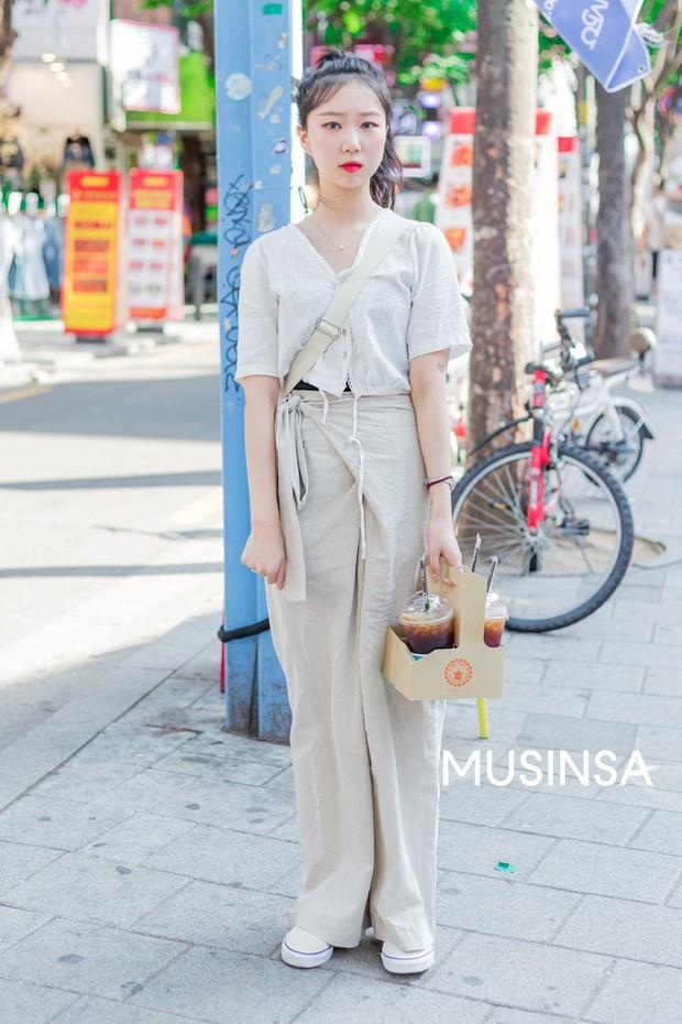 Street style giới trẻ Hàn chứng minh chân lý: mùa hè cứ lên đồ đơn giản, mát mẻ là số dzách - Ảnh 10.