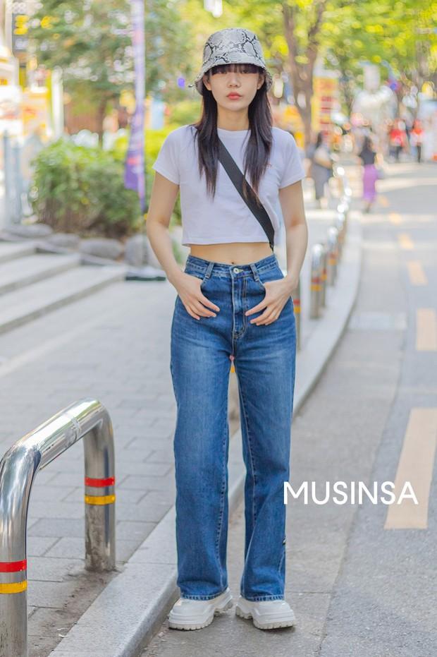 Street style giới trẻ Hàn chứng minh chân lý: mùa hè cứ lên đồ đơn giản, mát mẻ là số dzách - Ảnh 2.