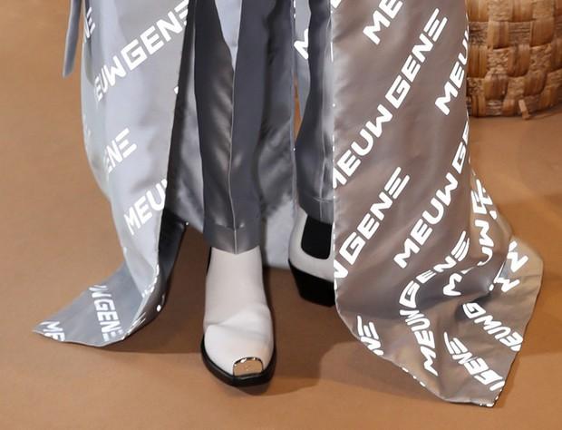 Viện đến đôi giày gót cao gần cả tấc, ấy thế mà Đức Phúc vẫn không cân nổi chiếc áo khoác siêu dài - Ảnh 2.