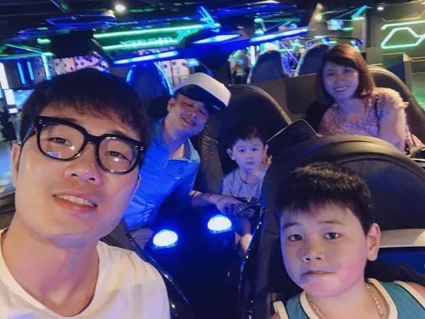 Xuân Trường đeo kính đen cool ngầu đi nghỉ mát cùng gia đình - Ảnh 1.