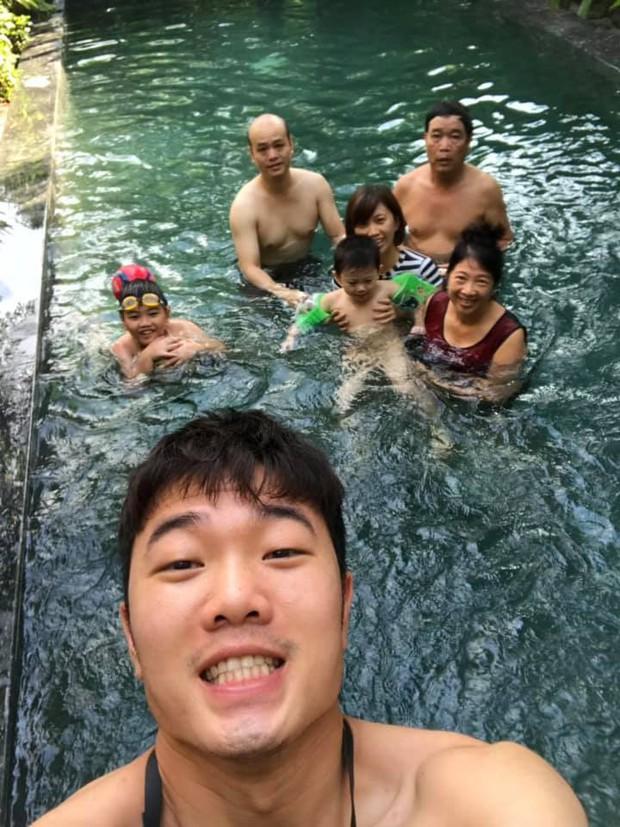 Xuân Trường đeo kính đen cool ngầu đi nghỉ mát cùng gia đình - Ảnh 2.