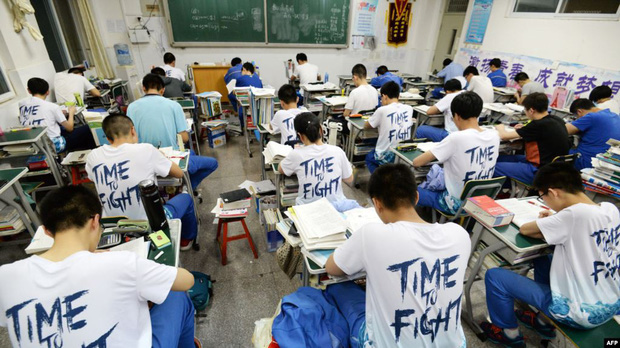 Cứ xong kỳ thi đại học khốc liệt hằng năm, các vị phụ huynh Trung Quốc lại lũ lượt rủ nhau đi làm thủ tục ly hôn - Ảnh 1.