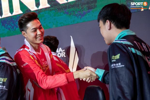 XB vươn vai nhẹ nhõm, Gấu nở nụ cười tươi như hoa và vô vàn cảm xúc khi tuyển Việt Nam giành quyền vào bán kết AWC 2019 - Ảnh 11.